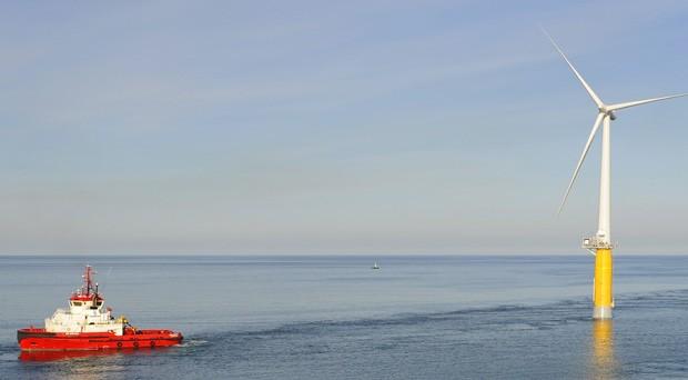 Una delle cinque turbine che compongono il parco eolico offshore galleggiante di Hywind Scotland