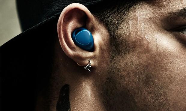 Gli auricolari Samsung Gear IconX (2018) nella colorazione Air Superiority Blue