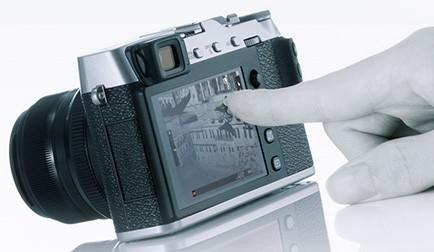 Il display touchscreen della Fujifilm X-E3 può essere sfruttato per la messa a fuoco di oggetti e soggetti inquadrati