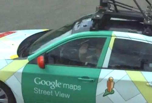 Il conducente della Google Car ha preso l'incontro con filosofia, salutando il collega della concorrenza, ignaro che Microsoft l'avrebbe rimpiazzato con un anonimo rettangolo bianco