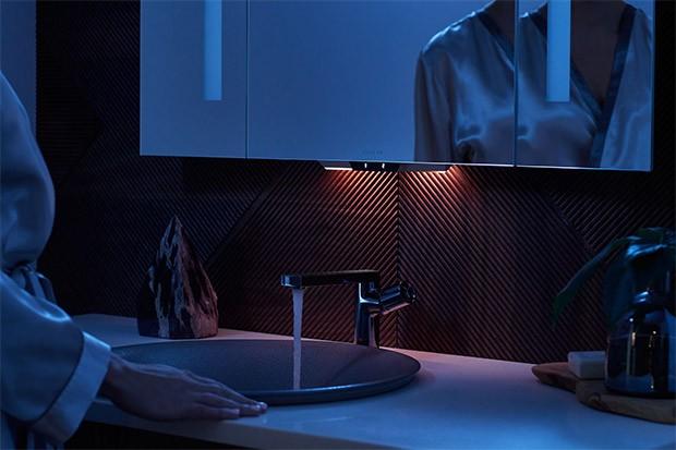 Lo specchio Verdera Voice Lighted Mirror di Kohler, con l'intelligenza artificiale dell'assistente Alexa