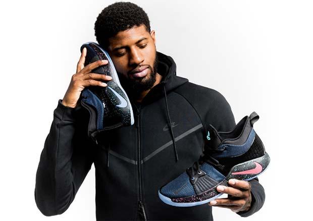 Paul George, cestista americano in forza agli Oklahoma City Thunder nel campionato NBA, che inspiegabilmente cerca di usare le nuove Nike PG2 per telefonare