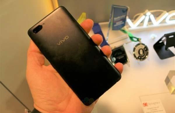Il retro dello smartphone Vivo X20 Plus UD