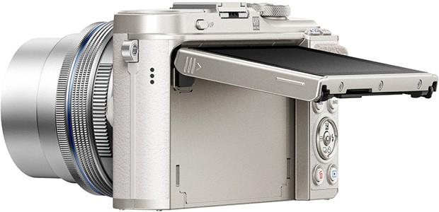 Il design della mirrorless Olympus PEN E-PL9 con il suo display touchscreen inclinabile