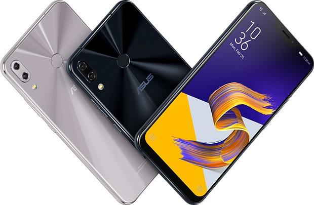 Lo smartphone ASUS Zenfone 5 nelle sue colorazioni Meteor Silver e Midnight Blue