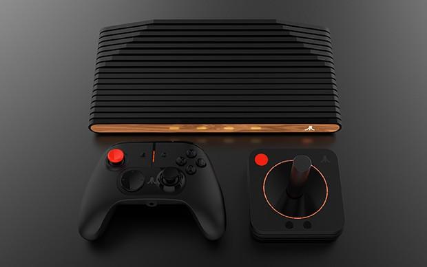 La console Atari VCS con il Modern Controller e il Classic Joystick