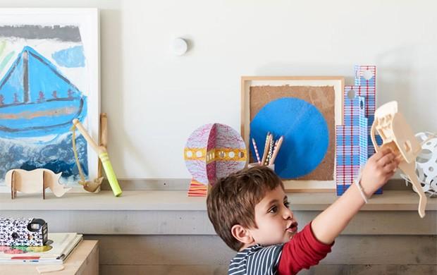 Il Nest Temperature Sensor è dotato di supporto per essere montato in modo discreto su una qualsiasi parete