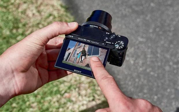 Il display della fotocamera compatta Sony Cyber-shot RX100 VI, in grado di ruotare per semplificare la composizione delle immagini da qualsiasi angolazione