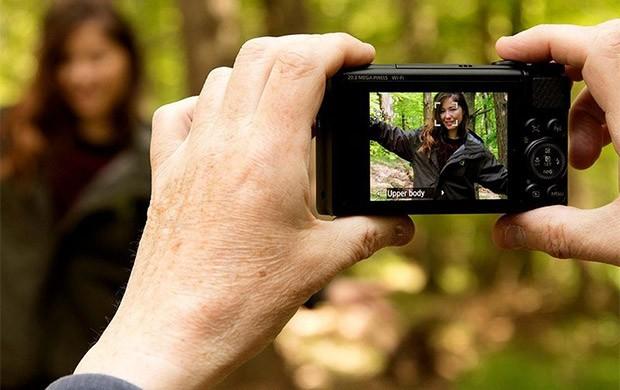 Il display LCD da 3 pollici integrato sulla fotocamera Canon PowerShot SX740 HS all'occorrenza può essere ruotato fino a 180 gradi