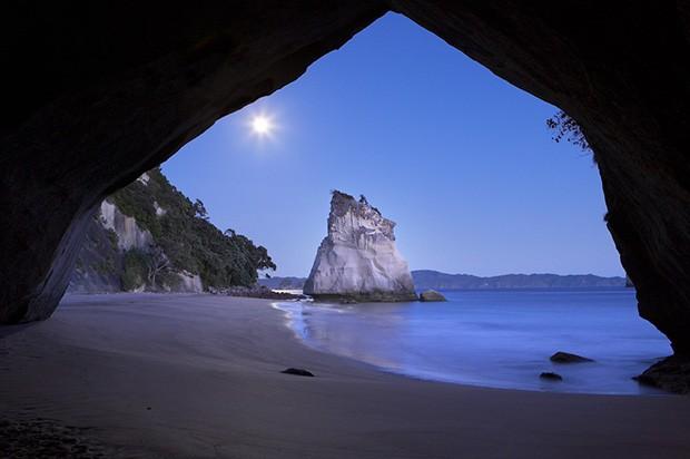 Un scatto con la Luna al centro dell'attenzione realizzato da David Noton, fotografo paesaggista e Canon Ambassador