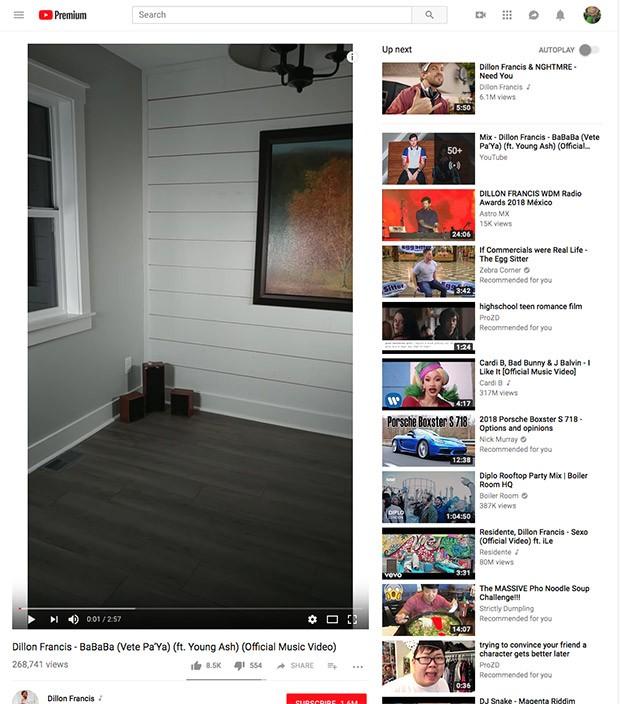L'interfaccia Web di YouTube, sui computer desktop, si adatta per visualizzare al meglio i video verticali