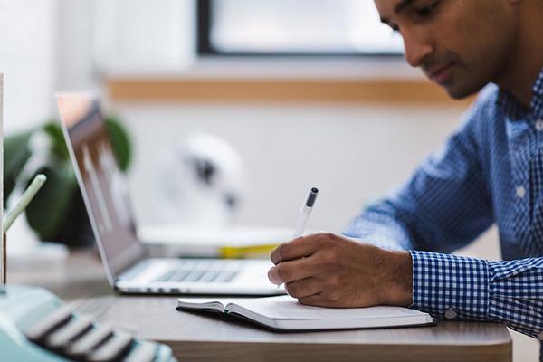 Scuola online, studente assiste a una lezione via internet