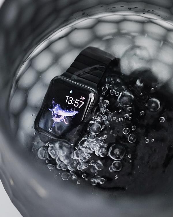 Apple Watch immerso nell'acqua