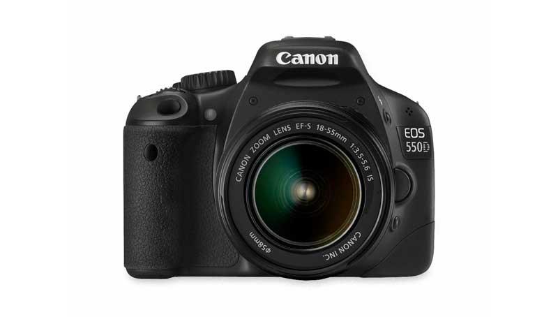 Canon EOS 550D vista frontale con ottica