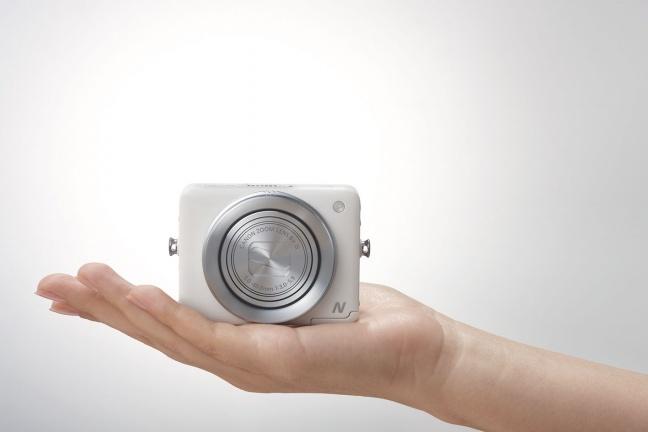 Canon PowerShot N su una mano