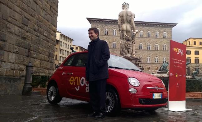 Il sindaco di Firenze, Dario Nardella, con una Fiat 500 del servizio enjoy