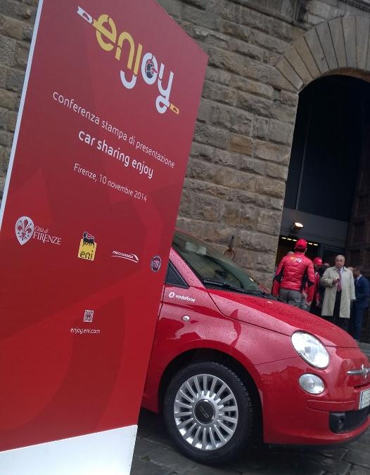 La Fiat 500 di enjoy in piazza della Signoria, a Firenze