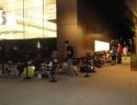 Gente seduta per terra davanti allo Store di Scottdale