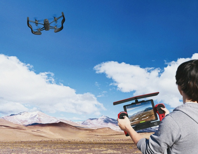 parrot-bebopdrone-skycontroller-lifestyle-1