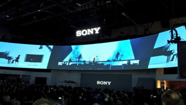 HMZ-T3Q: Sony annuncia il suo concorrente di Oculus Rift