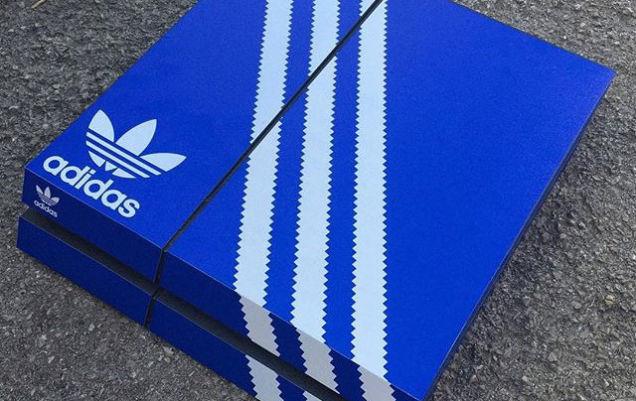 Una serie di adesivi rende PlayStation 4 e Xbox One una scatola di sneaker